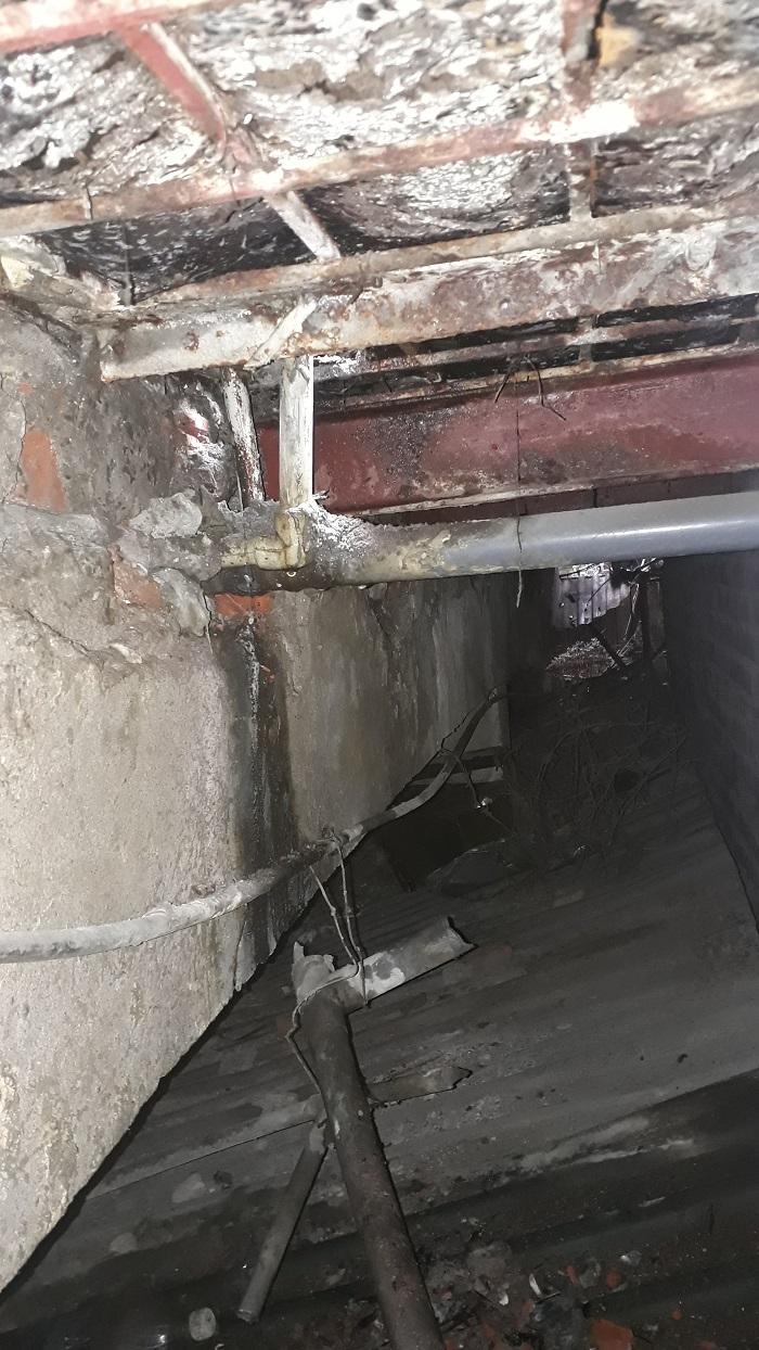 đường ống nước bị vỡ nằm âm dưới sàn nhà